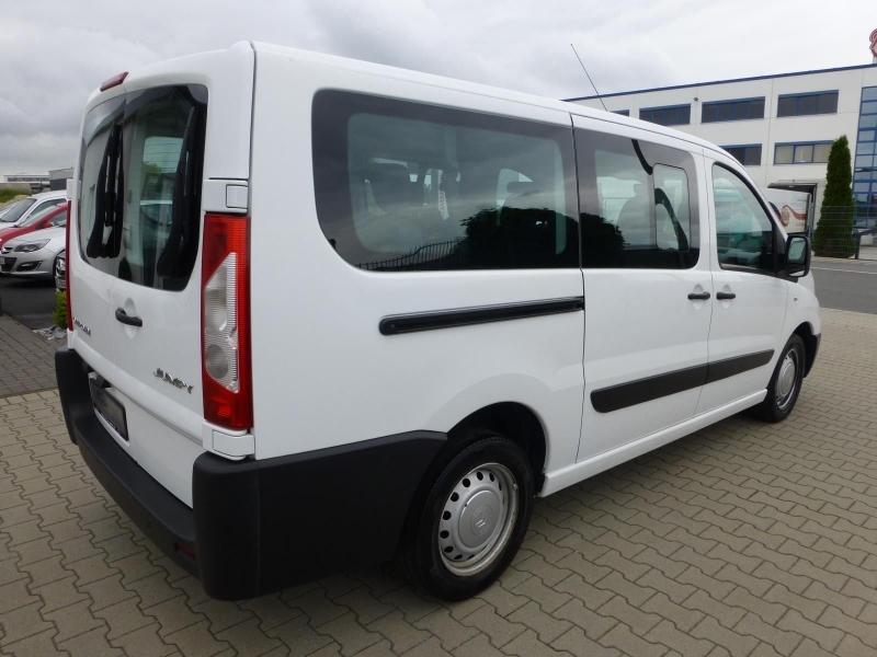 Белый минивэн для пассажирских перевозок